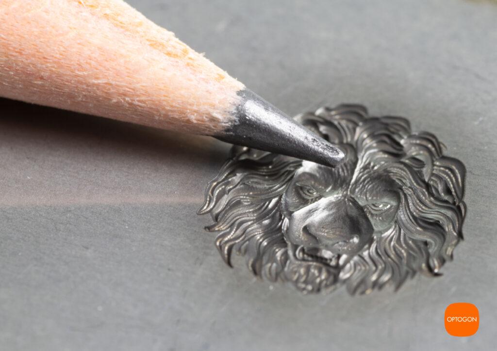 HOchpräzise 3D Lasergravur in Metall. Ein Bleistiftspitze im direkten Vergleich.
