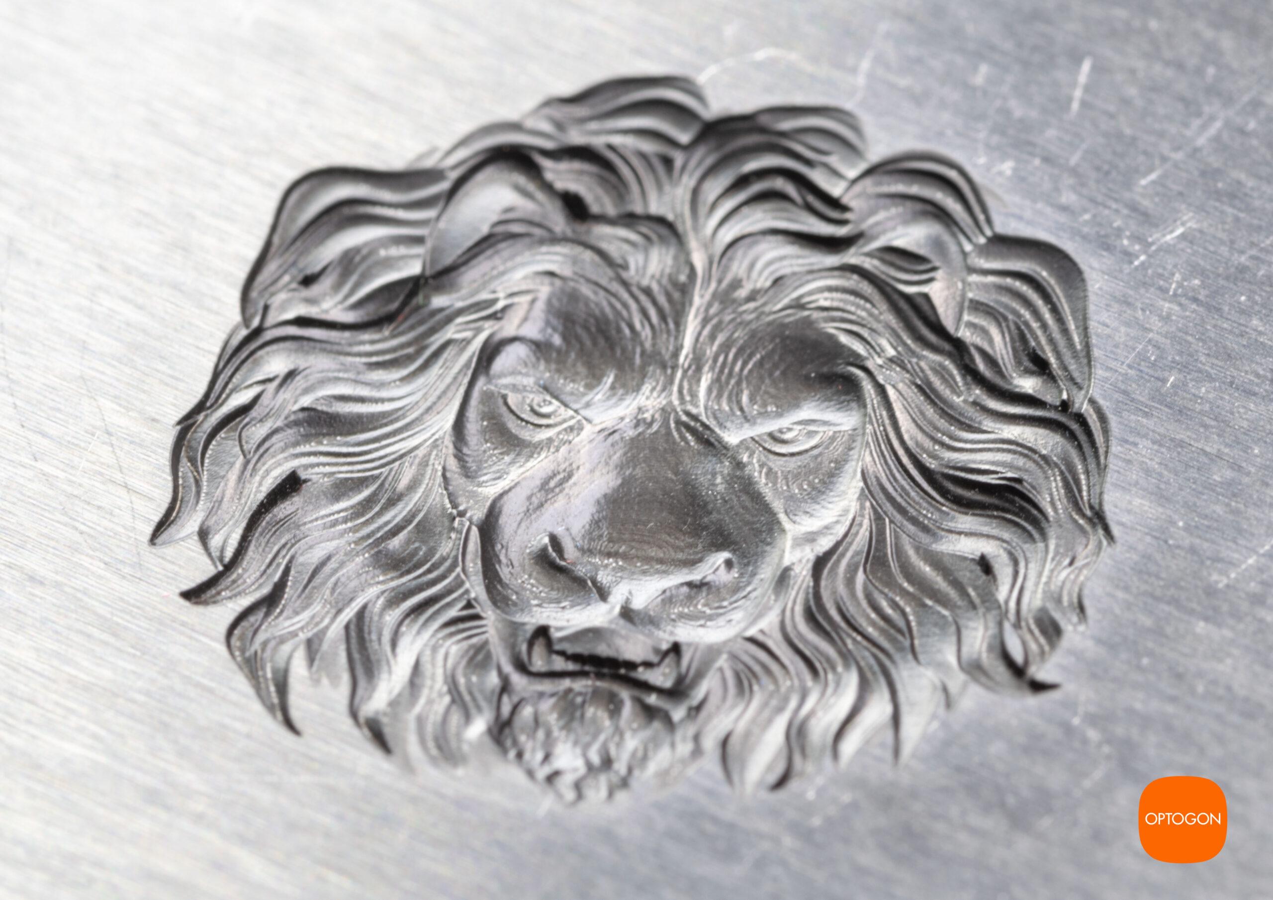 Hochpräzise Makrolasergravur von OPTOGON. Ein Löwenkopf mit vielen Details.