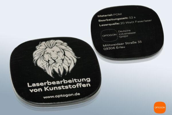 Präzise, kontrastreiche Laserbeschriftung auf Kunststoff (POM, schwarz). Der Durchmesser der Testronde beträgt 40mm. Die Linienstärke weniger als 0,1 mm.