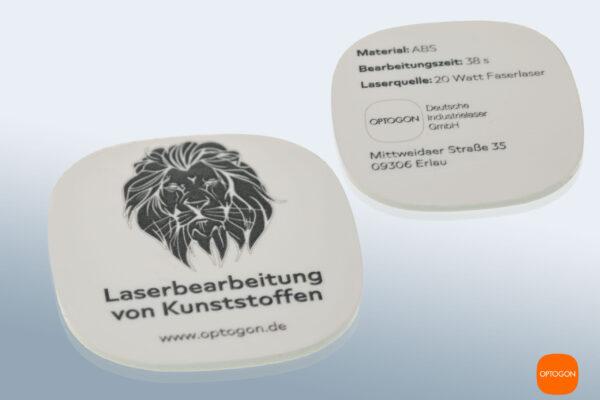 Präzise, kontrastreiche Laserbeschriftung auf Kunststoff (ABS, weiß). Der Durchmesser der Testronde beträgt 40mm. Die Linienstärke weniger als 0,1 mm.