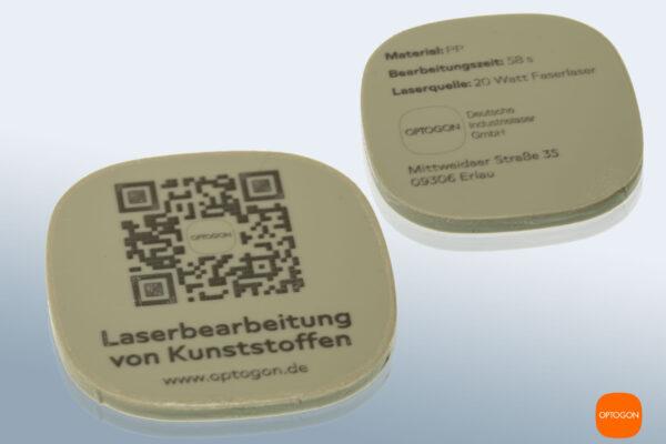 Präzise, kontrastreiche Laserbeschriftung auf Kunststoff (PP, hell). Der Durchmesser der Testronde beträgt 40mm. Die Linienstärke weniger als 0,1 mm.