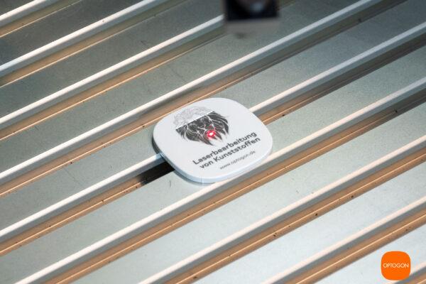 Präzise, kontrastreiche Laserbeschriftung auf Kunststoff (PS, weiß). Der Durchmesser der Testronde beträgt 40mm. Die Linienstärke weniger als 0,1 mm.